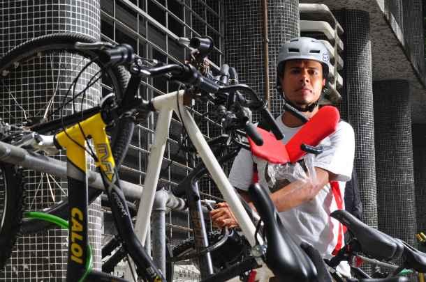 Ciclista diário, o professor Erikop Andrade, 35 anos, defende melhor estrutura nas vias. Fopto: Maria Eduarda Bione/Esp DP/DA Press.