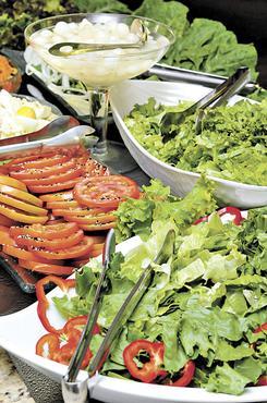 Comece pela salada e s� depois sirva-se com os pratos quentes. A estrat�gia faz bem � sa�de e evita o desperd�cio (Marcelo Ferreira/CB/D.A Press - 29/12/12)