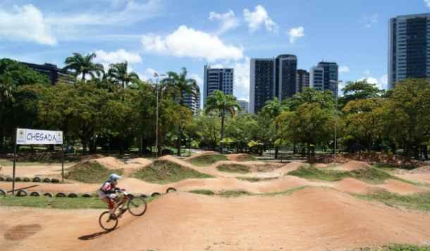 Gilmar Batista dá aulas e costuma praticar o esporte no Parque da Jaqueira. Crédito: Laís Araújo/Esp DP/DA Press. (Laís Araújo/Esp DP/DA Press)