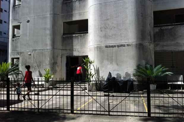 Moradores do bloco C do Edifício Emílio Santos, em Boa Viagem, foram orientados a sair imediatamente do imóvel. Foto: Rebeca Silva/DP/D.A Press