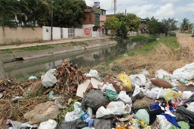 Mesmo quando o canal n�o transborda, ele acumula sujeira e preocupa moradores. Foto de arquivo/2012. Cr�dito: La�s Ara�jo/Esp.DP/D.A Press