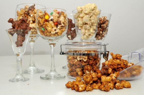 Em vez do tradicional açúcar, coberturas doces inusitadas dão um toque especial à pipoca: chocolate belga, marshmallow e caramelo estão entre as opções (Marcelo Ferreira/CB/D.A Press)