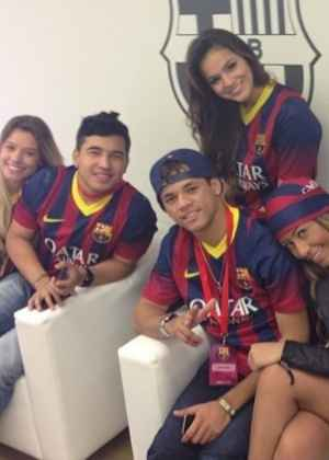 Família de Neymar reunida para assistir à apresentação do jogador em novo time. Foto: Reprodução/ Instagram.