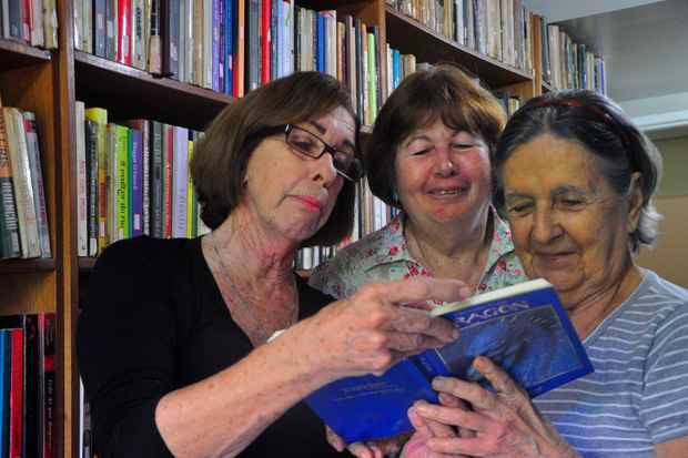 Lúcia Arcoverde (esq.), dona da locadora de livros Ler é Lazer e as clientes Maria Helena e Lizete Falcao. Foto: Maria Eduarda Bione/Esp.DP/D.A Press