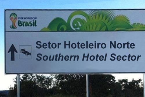 Placa original com o erro de tradução para o inglês (Reprodução)