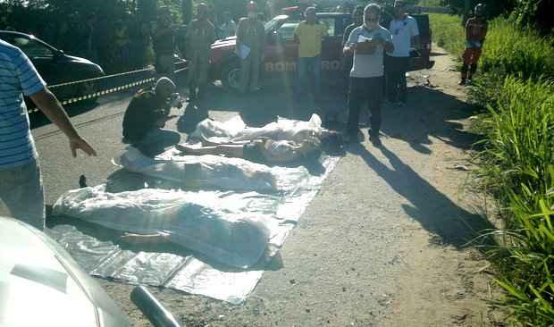Acidente fatal na Estrada da Muribeca deixou quatro jovens mortos na madrugada deste domingo (H�lio Cosmo/DP/DA Press)