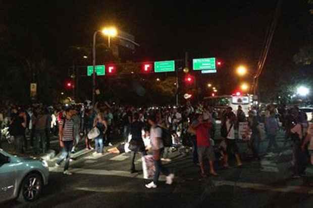 Manifestantes ocupam a Avenida Agamenon Magalhães e tem apoio da população. Foto: Tiago Barbosa/DP/D.A. Press