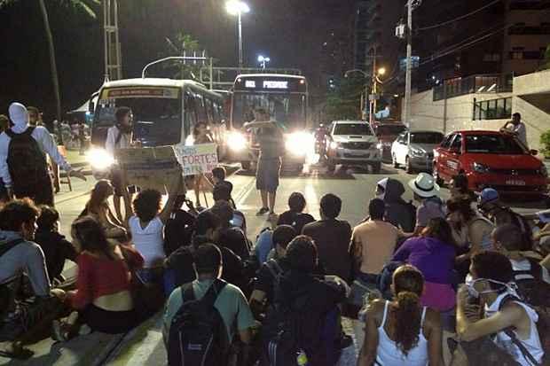 Av. Boa Viagem completamente parada devido à protesto no início da noite deste domingo. Foto: Teresa Maia/DP/D.A Press