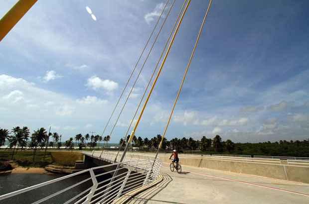 Ponte que dá acesso à Via Parque também tem ciclovia. Foto: Annaclarice Almeida/DP/D.A Press