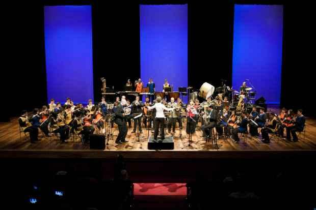 Meninos e meninas do Guri tocam com The Rodney Mack Philadelphia Big Brass. Foto: Alessandra Costa/Divulga��o Guri