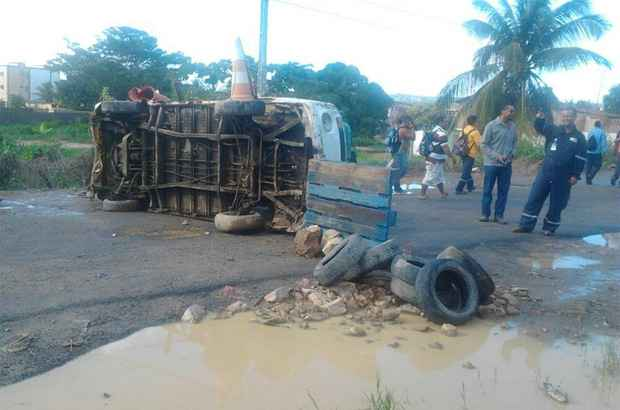 Manifestantes fecharam a PE-28 com carcaça de veículo. Foto: Jamile Teixeira/ Reprodução Facebook