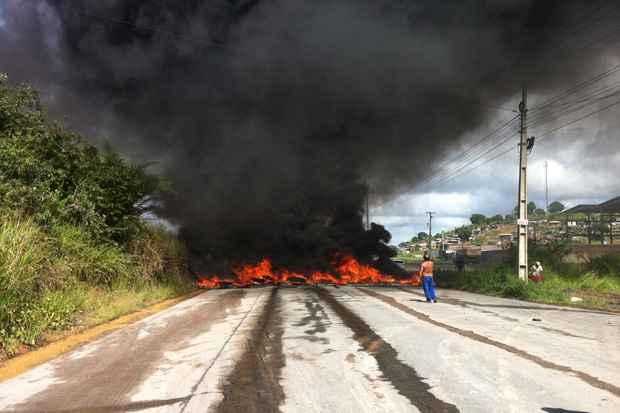 Moradores protestam queimando pneus em Pontezinha. Foto: Rochelli Dantas/DP/D.A Press
