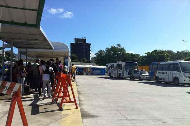 Terminal de Joana Bezerra, passageiros esperam pelos coletivos, que pararam depois das 8h dessa sexta-feira. Foto: Carolina Braga/Esp. DP/D.A Press