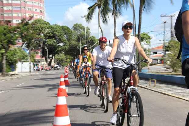 Aos domingos e em feriados previamente divulgados, Recife conta com ciclofaixa móvel de turismo e lazer. Foto: Filipe Falcão/DP/D.A Press (Filipe Falcão/DP/D.A Press)
