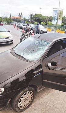 Veículo bateu na bicicleta que vinha na contramão. Foto: Júlio Jacobina/DP/DA Press (Júlio Jacobina/DP/DA Press)
