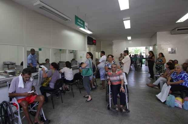Pacientes aguardam atendimento na recepção da emergência do Hospital do Câncer, no Recife. Foto: Roberto Ramos/DP/D.A Press