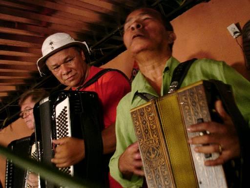 Arlindo dos Oito Baixos recebeu Dominguinhos em seu espaço de forró. Foto: Miração Filmes/Divulgação.