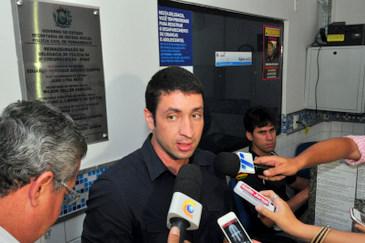 O delegado Carlos Couto informou que cumpriu dois mandados de prisão e seis de busca e apreensão de bens expedidos. Foto: Julio Jacobina/DP/D.A Press