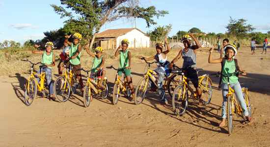 No município baiano de Andaraí, distâncias de até 3 quilômetros entre casa e escola são realizadas em bicicletas adquiridas com o apoio do programa Caminho da Escola. Foto: Secretaria Municipal de Educação de Andaraí/Divulgação (Secretaria Municipal de Educação de Andaraí/Divulgação)