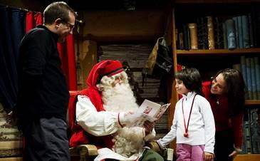 Papai Noel recebe famílias o ano inteiro em seu escritório na Finlândia. (www.folhinha.com.br)