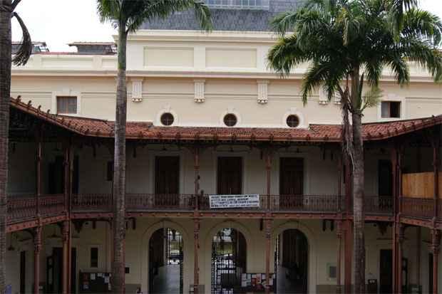 Pr�dio hist�rico da Faculdade de Direito do Recife est� com as obras atrasadas em nove meses. Foto: Mariana Fabr�cio/Esp.DP/D.A Press