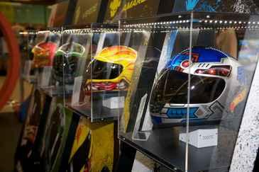 Espaço oferece uma exposição exclusiva com os capacetes da equipe de pilotos Team Hot Wheels. (www.shoppingrecife.com.br)