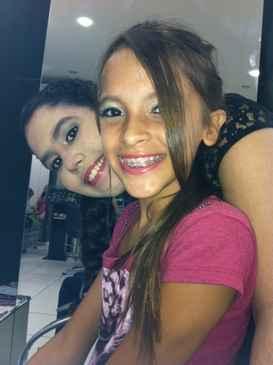 Beatriz Benassuly, 12 anos e sua amiga não saem de casa sem uma maquiagem que valorize a tonalidade clara de suas peles. (www.espaçojaqueira.com.br)