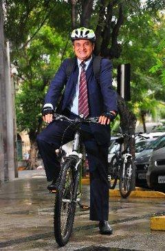 Diariamente, Edvaldo vai e volta do trabalho, no Tribunal de Justiça, de bicicleta. Foto: MAria Eduarda Bione/DP/D.A Press
