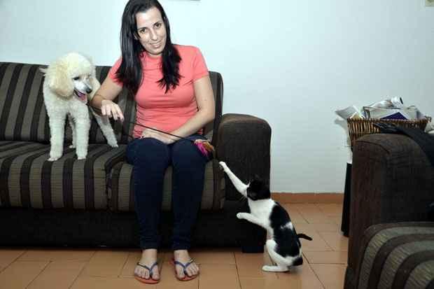 (Cybelle Gonçalves, 24 anos, tem uma gata e um cachorro. Ela utiliza os serviços de atendimento gratuito e defende a criação de um sistema de transporte. Foto: Cristiane Silva/Esp.DP/D.A Press)