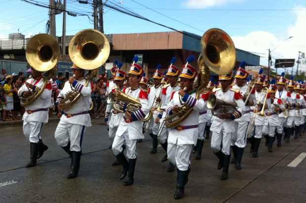 Desfile cívico já teve início na Avenida Marechal Mascarenhas de Moraes, no Recife. Foto: Jailson da Paz/DP/D.A Press