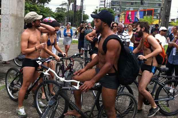 Desfile Ciclístico Nu 7 de Setembro, articulado pela Frente de Ativismo do Recife Criativo (Farc), já saíram do Monumento Tortura Nunca Mais, na Rua da Aurora. Foto: Ricardo Fernandes/DP/D.A Press