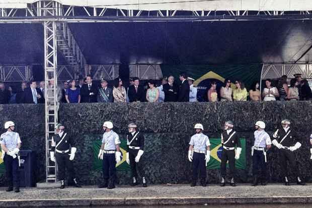 As autoridades que irão prestigiar o desfile de 7 de Setembro já estão chegando ao palanque oficial. Foto: Blenda Souto Maior/DP/D.A Press