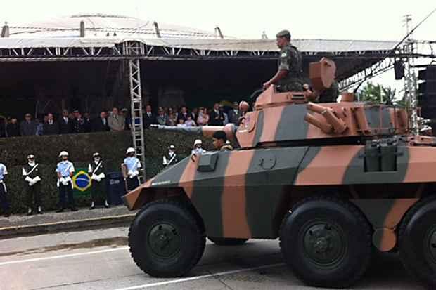 Desfile Militar já se aproxima do palanque oficial durante as comemorações do 7 de Setembro no Recife. Foto: Jailson da Paz/DP/D.A Press