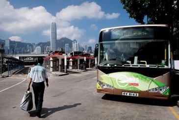 Homem passa por ônibus elétrico que entrou em funcionamento em Hong Kong.  (Philippe Lopes/Divulgação)