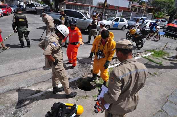 Bombeiros tentam resgatar da rede de esgoto da Rua Largo do Feitosa, no bairro da Encruzilhada, um homem que tentou invadir um edifício. Foto: Júlio Jacobina/DP/D.A Press