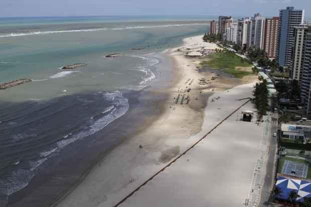 Quebra-mar foi fracionado para tornar a contenção   mais eficiente. Foto: Blenda Souto Maior/DP/D.A Press
