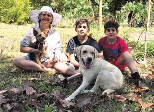 Anamartha, o cão Hulck, os gêmeos Paulo e Pedro e a cadela Luna. Crédito: Paula Rafiza Esp. CB/D.A Press