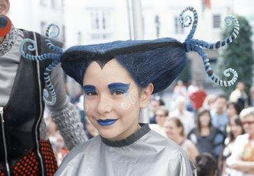 Grupo Sienta la Cabeza faz um malabarismo inusitado com cabelos e maquiagem. (Sienta la Cabezal/Divulgação)
