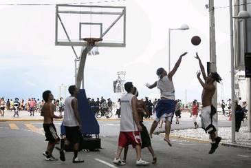 Basquete de rua é um dos esportes oferecidos pelo Programa Lazer na Rua (Teresa Maia/DP/D.A.Press)