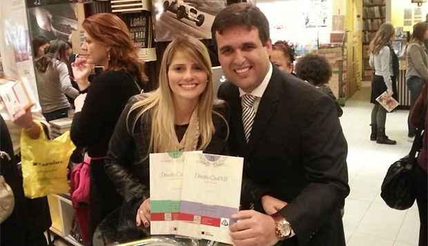 O promotor Thiago Farias estava em companhia da noiva, a advogada Mysheva Freire  Ferrão, quando o carro dele foi alvejado. Ela conseguiu sair do veículo e sofreu escoriações leves (Facebook/Reprodução)