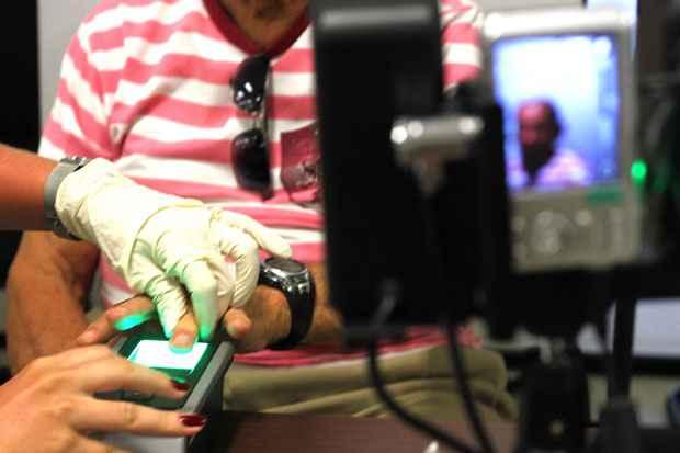 Eleitores de Abreu e Lima, Ara�oiaba, Camaragibe, Cabo de Santo Agostinho, Jaboat�o, Paulista, S�o Louren�o da Mata, Sirinha�m e Olinda s� devem fazer a biometria a partir de 2015. Foto: Gilson Teixeira/OIMP/D.A Press