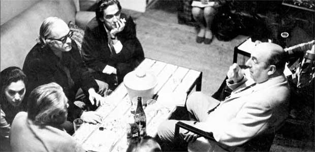 Vinicius, entre os escritores Rubem Braga e Ferreira Gullar, conversa com o poeta chileno Pablo Neruda (D), um dos seus amigos da época em que vivia em Paris como diplomata. Foto: Augusto Corsino/O Cruzeiro/EM - Setembro/69
