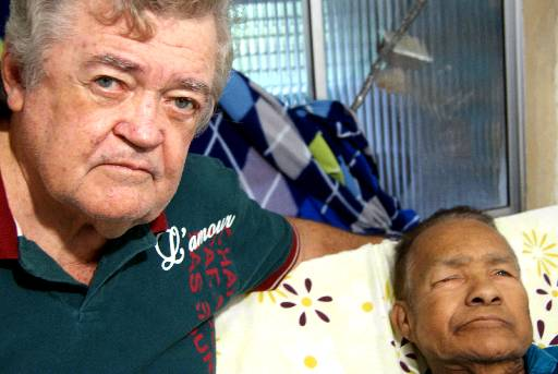 Arlindo com o amigo sanfoneiro Mestre Camarão durante período em que ficou hospitalizado, em 2012. Crédito: Carolina Santos/DP/D.A Press