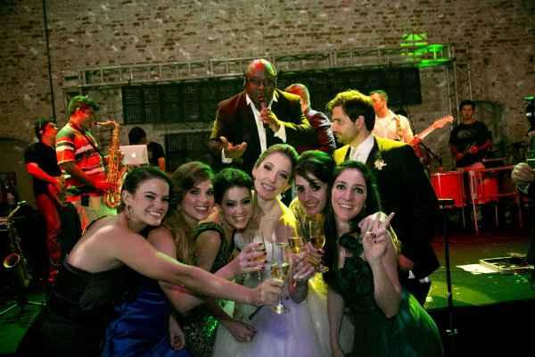 Ninha, ex-Timbalada, no casamento de Fabio Trindade e Eduarda Brasil.