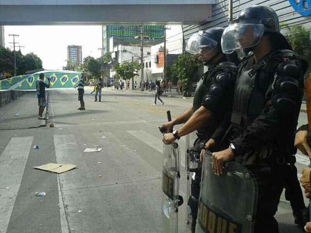 Apenas um manifestante, com bandeiras do Brasil, permaneceu na via após o confronto. Foto: Bruna Monteiro/ DP/ D A Pres