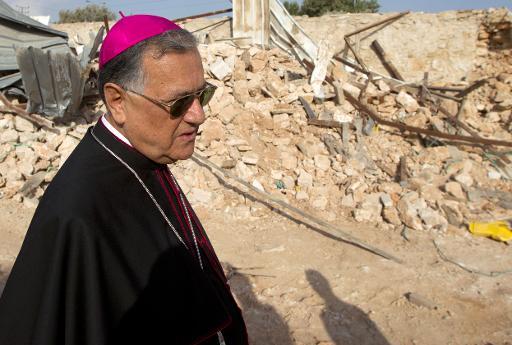 O patriarca de Jerusalém observa as ruínas de uma casa palestina em Jerusalém Oriental, uma semana após a sua destruição por Israel. Foto: Ahmad Gharabli/AFP Photo