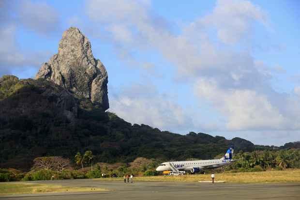 Com o avião parado no local, as demais companhias aéreas que fazem voo para Noronha não conseguiram decolar. Foto: Teresa Maia/DP/D.A Press