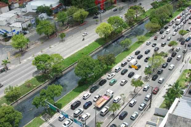 Boa parte dos problemas decorre de uma política que prioriza os transportes individuais. Foto: Alcione Ferreira/DP/D.A Press