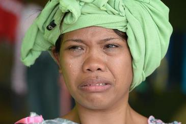 Mulher chora pós passagem do tufão Haiyan pelas Filipinas/ Foto: AFP/TED ALJIBE