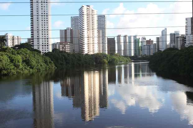 Rio que corta o Recife é alvo de um projeto de revitalização. Foto: Edvaldo Rodrigues/DP/D.A Press